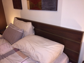 Λεπτομέρεια από ξύλινο κεφαλάρι κρεβατιού