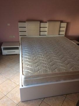 Κρεβατοκάμαρα με δερμάτινα μαξιλάρια
