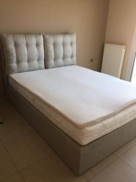 Κρεβάτι ντυμένο με στρώμα και υπόστρωμα