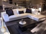 Καναπές-γωνία GLAMOUR 3.10x2.20 σε λευκό βελούδινο ύφασμα με μαύρα διακοσμητικά βελούδινα μαξιλάρια
